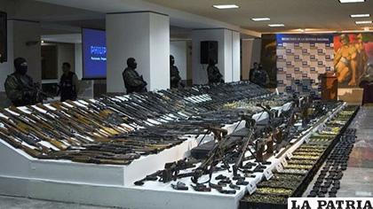 Armamento decomisado presentado por Fuerzas Federales, en Ciudad de México /EFE