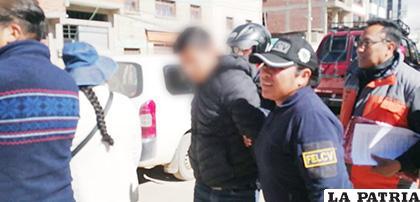 El instante en que el acusado es trasladado hasta dependencias policiales /LA PATRIA