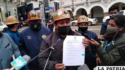 Roberto Escobar, presidente de Fedecomin enseña el documento de acuerdo /LA PATRIA