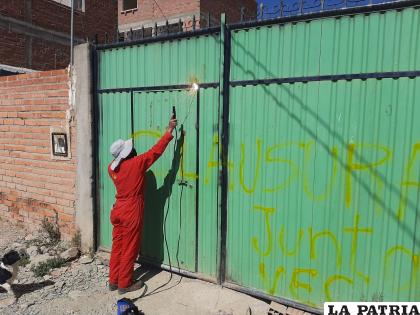 Vecinos soldaron la puerta donde aparentemente estaban consumiendo alcohol /LA PATRIA