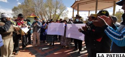 Comunarios de la Provincia Saucarí en la plaza de Toledo buscan hacer escuchar sus pedidos /LA PATRIA