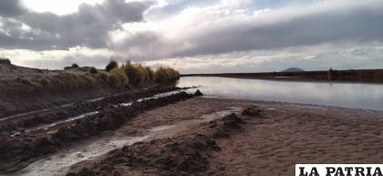 Canal de conexión entre el Río Desaguadero y cuatro comunidades /LA PATRIA