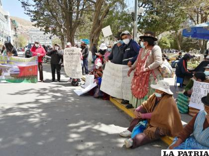 Juntas vecinales que integran el Distrito 1 de la ciudad de Oruro, bloquean las puertas de la Alcaldía /LA PATRIA
