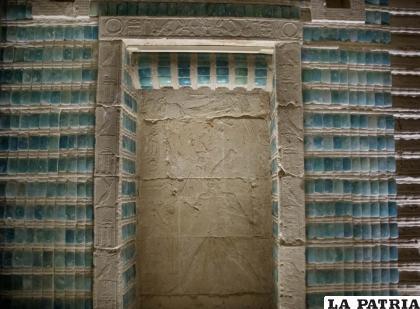 Inscripciones adornan el muro del cementerio del rey Zoser después de su restauración. Se encuentra cerca de la célebre pirámide escalonada de Saqqara, al sur de El Cairo / AP Foto /Nariman El-Mofty