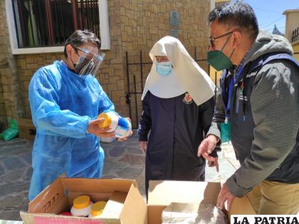 La entrega de los medicamentos se realizó a las hermanas del hogar /DELEGACIÓN DEFENSORIAL