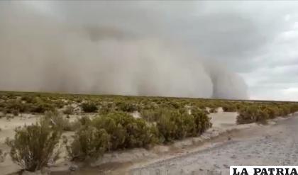 Captura del video que muestra la fuerza de la tormenta de arena /Captura de video