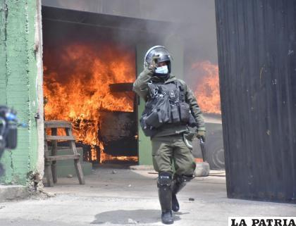 Ayer ardió un módulo policial durante los enfrentamientos en Villa Fátima /APG