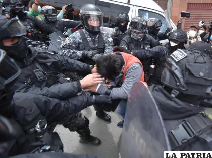 El periodista Carlos Quisbert fue tratado como un delincuente por los policías /APG