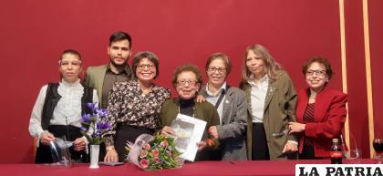 La escritora Blanca Terrazas estuvo arropada por su familia /LA PATRIA