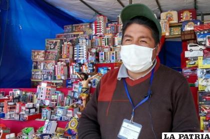 Miguel Palacios llega a vender sus artesanías más de 20 años en Cala Cala /Osmar Porcel
