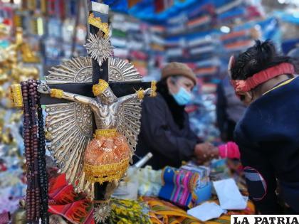 Las artesanías de Cala Cala son compradas por los fieles del Tata Laguna para plasmarlo en un bien /Osmar Porcel