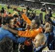 """Futbolistas de Blooming, celebran el título logrado ante Bolívar en el estadio """"Hernando Siles"""" de La Paz"""