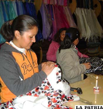 En diseños Mónika preparan prendas para el desfile de moda de esta noche en el Hotel Edén