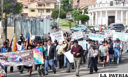 """Denuncian que funcionarios marchan """"obligados"""""""