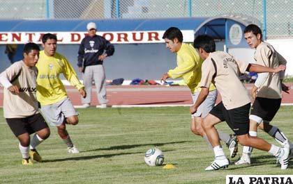 Una escena del partido que disputaron San José y Oruro Royal