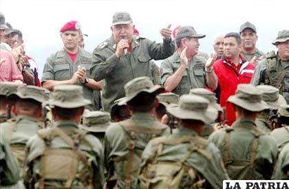 El presidente venezolano, Hugo Chávez, habla a su llegada al aeropuerto de la ciudad de La Fría (Venezuela), procedente de Cuba