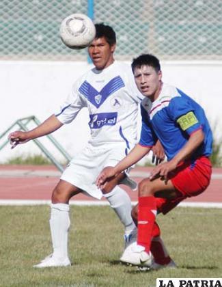 Vitingay y López en disputa por el balón