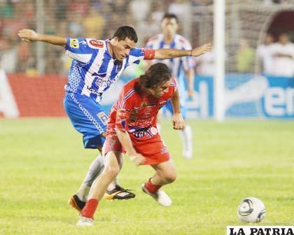 Gómez y Bravo intentan dominar el balón