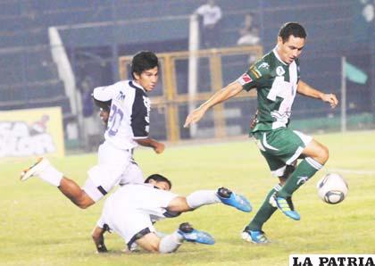 Gualberto Mojica escapa con balón dominado
