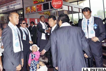 Jugadores de Aurora en el aeropuerto de El Alto