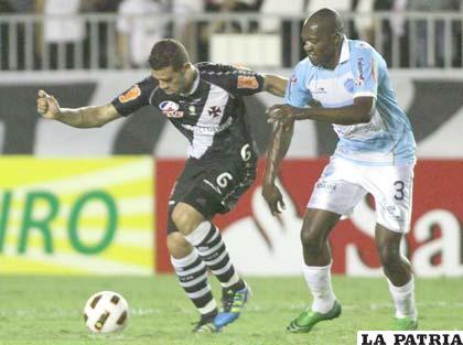 Nilton y Diómedes Peña disputan el balón