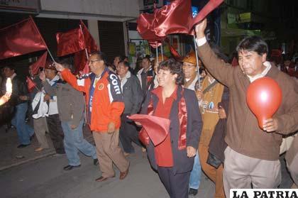Orureños expresan su orgullo flameando el rojo carmesí, la bandera de Bolivia y los colores de San José