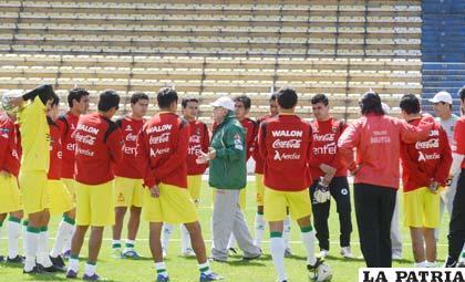 """Jugadores de la Selección en el entrenamiento de ayer en el """"Siles"""" (foto: APG)"""