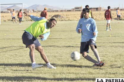 Víctor Hugo Angola intenta vencer la resistencia de su marcador