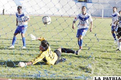 El arquero Chávez de Oruro Royal, ve caer por tercera vez su portería