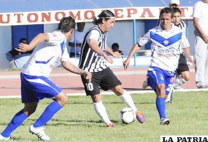 Regis de Souza domina el balón ante la marca de sus adversarios
