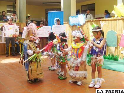 Niños con innovadores trajes reciclables