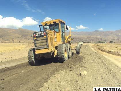 En obras del tramo Llallagua-Chacapuco se utilizan máquinas modernas