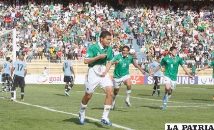 Carlos Saucedo celebra la apertura del marcador (foto: AFKA)