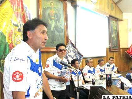 Marcos Ferrufino, junto a los dirigentes del club en el inicio de la campaña