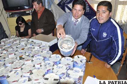 Los dirigentes del club San José durante la apertura de las ánforas