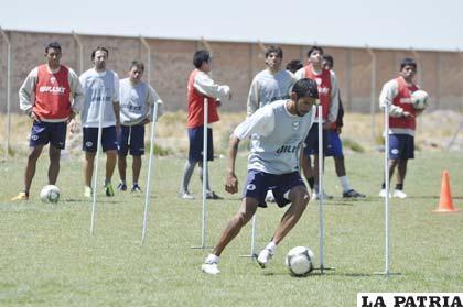 Ignacio García en el trabajo físico de San José ayer en la cancha de propiedad del club