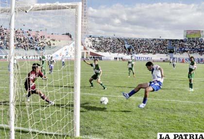 Doblete de Carlos Saucedo para seguir siendo el goleador de la Liga
