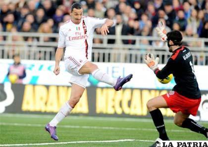 Una acción del partido del Milán ante Palermo