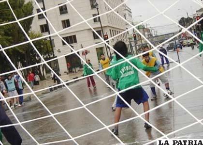 El fútbol callejero se pone muy de moda (foto: notitarde.com)