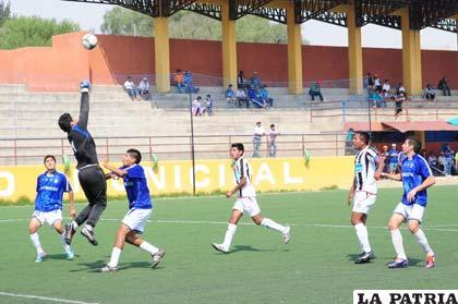 Una acción del partido en el cual perdió Oruro Royal ante García Ágreda 3-0