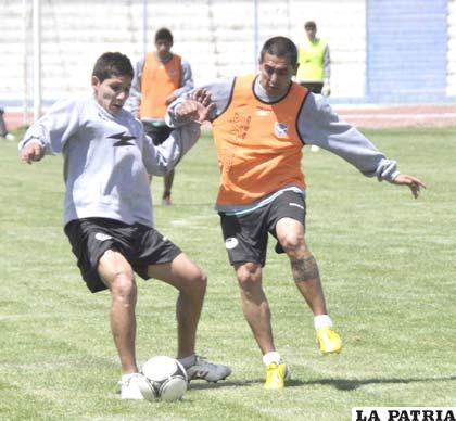 Mario Parrado es parte del equipo titular, disputa el balón con Alexis Bravo