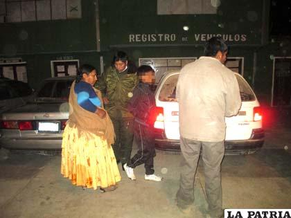 Los padres de familia del menor tras salir del vehículo