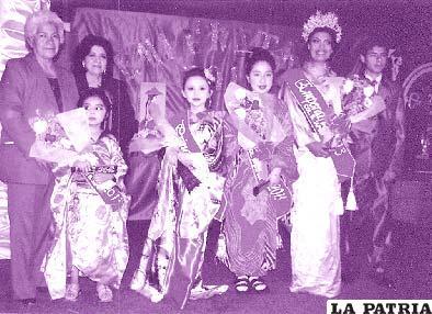 Las elegidas posan junto a las directoras del establecimiento y al paje de la Emperatriz