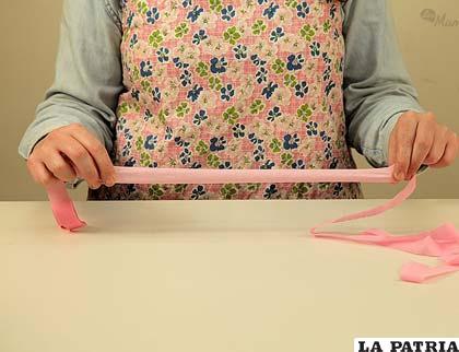 PASO 1 Para comenzar con estos divertidos gorros deberás estirar las tiras de papel crepé como vez en la foto. ¡Ojo, sin que se rompan!