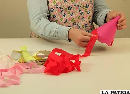 PASO 4 Pega las tiras de papel alrededor del gorro como te muestra la imagen