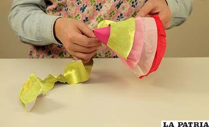 PASO 6 Sigue completando el gorro de abajo hacia arriba alternando los colores de tu papel crepé. Si tienes la posibilidad de poner papel crepé brillante e ir variando las texturas, le aportará mucho destaque a tu gorro