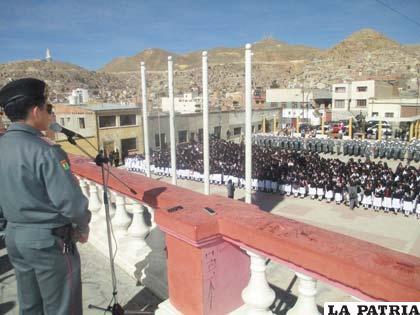 La ceremonia se realizó con representación estudiantil y militar
