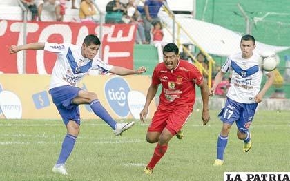 Torrico intenta despejar, ocurrió durante el partido que jugó San José el domingo en Montero
