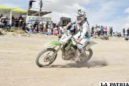 Marco Antezana cruza la meta consagrándose campeón