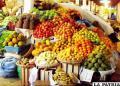 Variedad de frutas en los mercados, muchas de importación